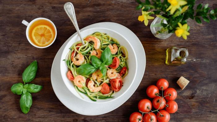 Przepis – Lekkie spaghetti z cukinii z krewetkami – Biuro Napoleona
