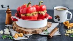 Przepis – Papryki nadziewane i zapiekane z kaszą jaglaną, kurkami oraz mozzarellą –  ...