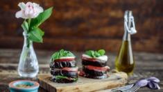 Przepis – Plastry bakłażana zapiekane z mozzarellą i pomidorami malinowymi – Biuro N ...