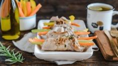 Przepis – Roladki z karkówki z warzywami w marynacie z rozmarynu i ziarnistej musztardy &# ...