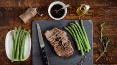 Przepis – Stek z rostbefu w winnym sosie z rozmarynem i szparagami – Biuro Napoleona