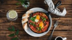Przepis – Szakszuka z pomidorami i  kiełbasą chłopską – Biuro Napoleona