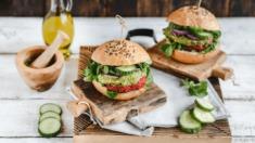 Przepis – Wegański burger z kaszy jaglanej i buraka podany z dipem awokado – Biuro N ...