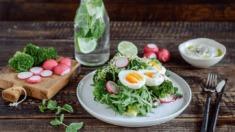 Przepis – Wiosenna sałatka z brokułami, jajkiem, rzodkiewką i pestkami dyni – Biuro  ...