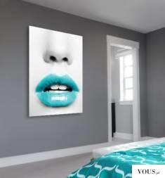 Plakat z turkusowymi ustami idealnie wpasuje się w sypialniane aranżacje wnętrz.