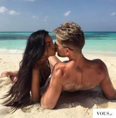 Pamiątkowe zdjęcie z wakacji zakochanej pary