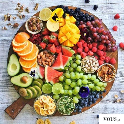 talerz pełen surowych owoców