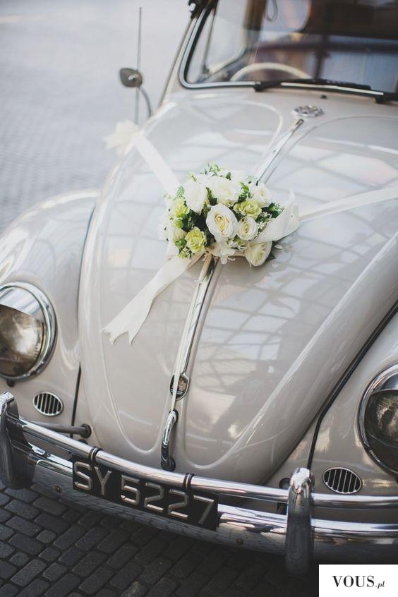 Inspiracje ślubne / bukiet na retro samochodzie