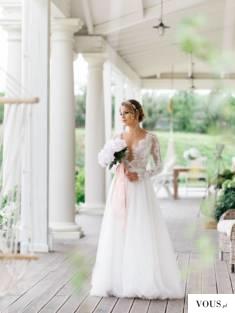 Panna młoda z białym bukietem ślubnych kwiatów