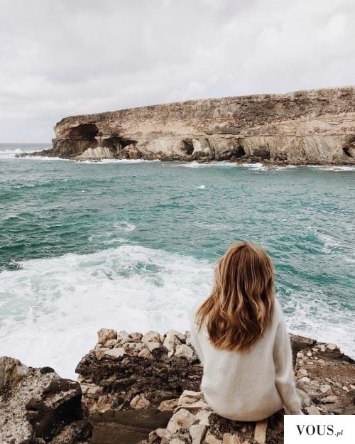 piękne zdjęcie nad brzegiem wzburzonego morza
