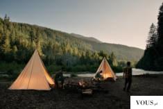 spanie pod namiotami nad rzeką