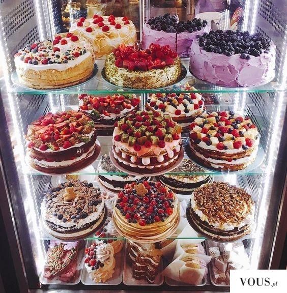 lodówka pełna tortów