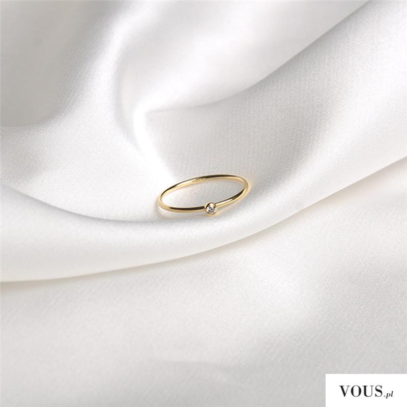 delikatny pierścionek zaręczynowy