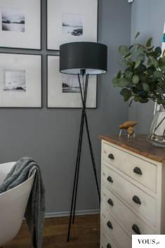Lampa Podłogowa Paryż to połączenie trzech metalowych nóg ułożonych w różnych kierunkach oraz tk ...