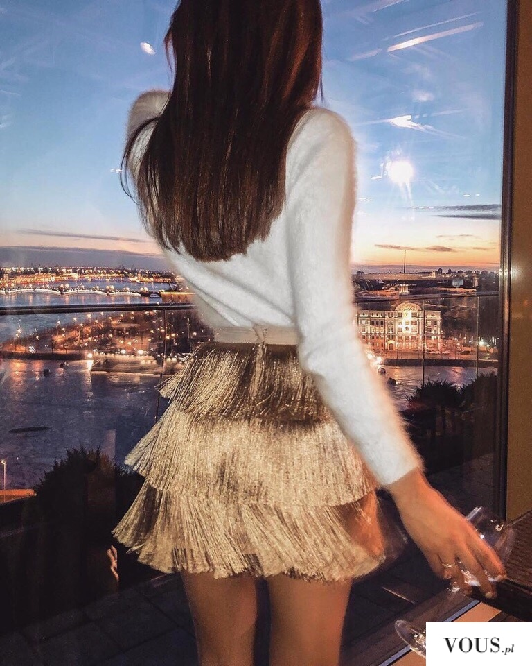 kaszmirowy sweterek i złota spódniczka