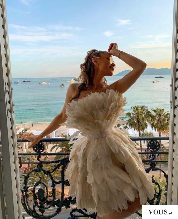 niesamowita sukienka z piórek