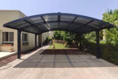 Wiata garażowa wykonana z aluminium i paneli poliwęglanowych. Konstrukcja powstała z połączenia  ...