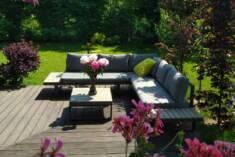 Zestaw mebli ogrodowych wykonanych z aluminium i drewna wyposażony w kwadratowy stolik kawowy or ...