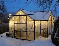 Bardzo ciekawa szklarnia pokryta śniegiem. Dzięki odpowiedniemu oświetleniu, ogrzewaniu i meblac ...