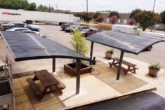 Te dwie nowoczesne wiaty zostały postawione na parkingu firmowym. Dzięki poliwęglanowym dachom t ...