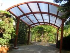 Pojedyncza drewniana wiata garażowa. Zamontowana zaraz za brama wjazdową tworzy stylowe, osłonię ...