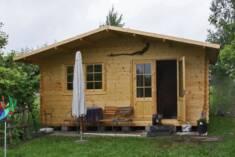 Drewniany domek idealny na działkę, zarówno małą rekreacyjną działkę miejską, jak i większą dzia ...