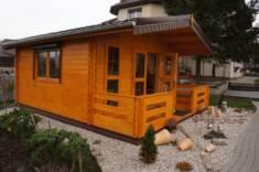 Drewniany domek rekreacyjny postawiony na podwórku jako domek dla gości. Doskonale sprawdza się  ...