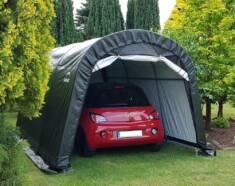 Namiot garażowy ustawiony na zielonym trawniku. Namiot to doskonała alternatywa dla garażu lub w ...