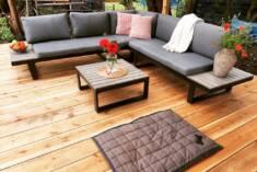 Nowoczesny zestaw mebli ogrodowych wykonanych z aluminium i wykończonych drewnem. Zestaw składa  ...
