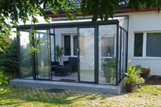 Klasyczny ogród zimowy to idealne miejsce do wypoczynku. Dzięki wygodnym meblom ogrodowym i rośl ...