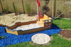 Wyjątkowa aranżacja dziecięcego kącika do zabawy. Oryginalna piaskownica w kształcie łodzi zosta ...