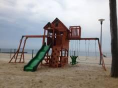 Wyjątkowy plac zabaw zbudowany na plaży zapewni wszystkim dzieciom świetną zabawę  w przepięknym ...