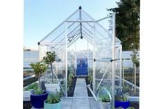 Prosta i funkcjonalna szklarnia z aluminium zapewnia naszym uprawom doskonałe warunki wzrostu. D ...