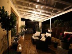 Wyjątkowy nocną atmosferę tarasu tworzą wygodne meble ogrodowe, odpowiednio dobrane oświetlenie  ...