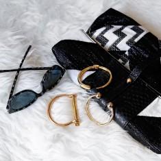 Dodatki, złote bransoletki, okulary, torebka, idealny zestaw na letnie wyjścia