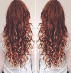 Długie kasztanowe kręcone włosy