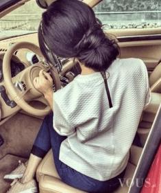 Cudowna dziewczyna z pięknymi włosami w genialnym samochodzie