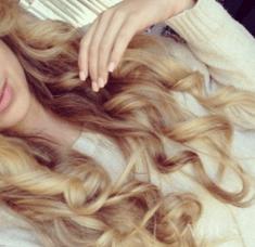 Idealne loki na blond włosach, pink nails