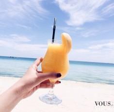 Zdrowie lata! Drink na plaży i zasłużony odpoczynek