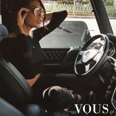 Piękna kobieta w luksusowym samochodzie