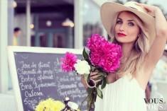 Kapelusz, różem i białą sukienka. Bardzo romantycznie