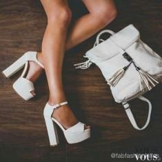 Białe buty na słupku i plecak