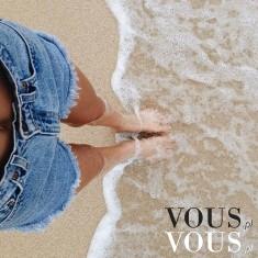 Wakacje na plaży to świetny pomysł, zgrabne nogi podkreślone krótkimi dżinsowymi szortami