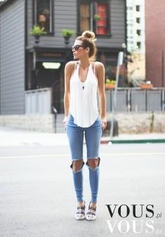 Zestawienie dżinsów z białą luźną bluzką i kokiem, do tego sportowe buty, stylowo i praktycznie