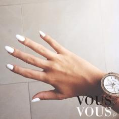 Długie mocna paznokcie pomalowane na biało