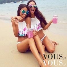 Dwie przyjaciółki na plaży z drinkiem. Wakacje w pełni