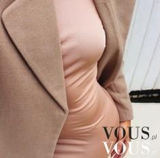 Różowa sukienka z beżowym płaszczem