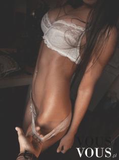 Seksowne zgrabne ciało w romantycznej bieliźnie
