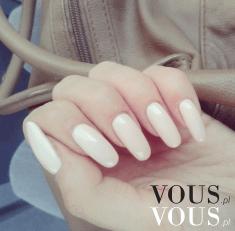 Długie paznokcie pomalowane na biało