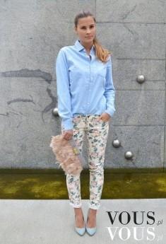 Niebieska koszula i jasne spodnie we wzory